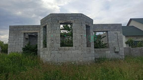 Земельный участок с недостроенным домом